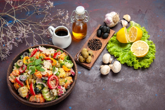 신선한 야채의 최고 볼 수 있습니다. 검은 바닥에 올리브와 레몬 슬라이스 샐러드 음식 샐러드 다이어트 간식 건강 무료 사진