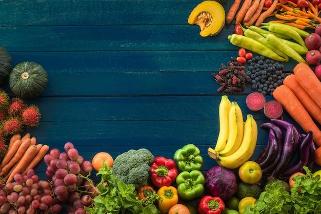 テーブルに新鮮な野菜のトップビュー、コピースペースと木製容器で新鮮な野菜