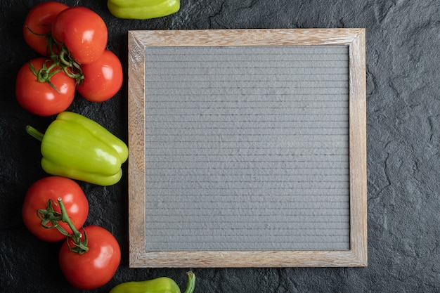 검정 배경 위에 보드와 신선한 야채의 최고 볼 수 있습니다.