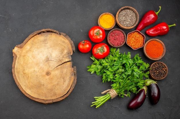 블랙에 채소와 조미료와 신선한 야채의 상위 뷰