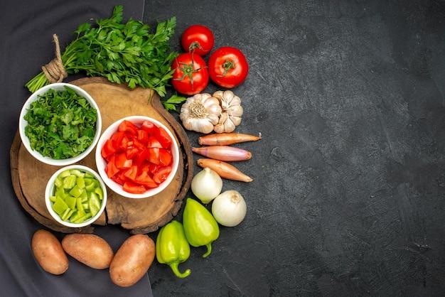 黒に緑と新鮮な野菜の上面図