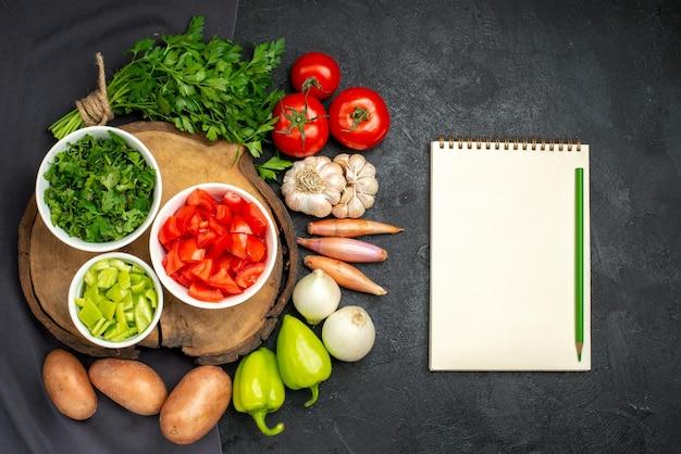 블랙에 채소와 신선한 야채의 상위 뷰