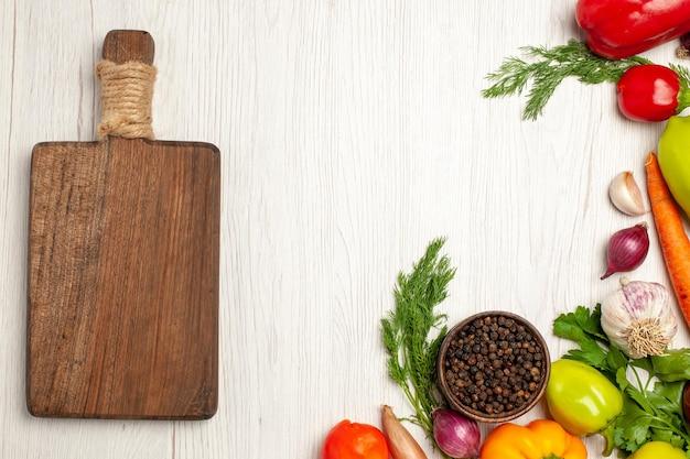 화이트에 채소와 신선한 야채의 상위 뷰