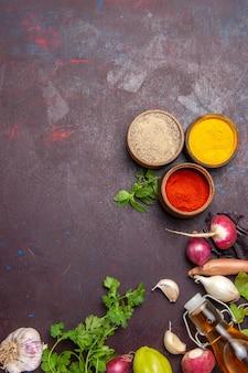 黒に調味料を入れた新鮮な野菜の上面図