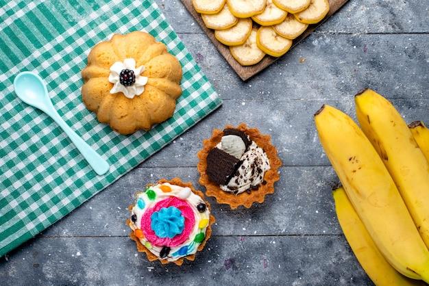 新鮮な黄色のバナナの上面図ライト、フルーツベリーのビタミン味のケーキとベリー全体