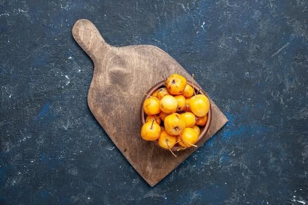 Вид сверху свежей желтой вишни, спелых сладких фруктов на темных, фруктовых, спелых свежих черешнях