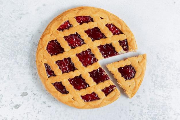 Вид сверху свежеиспеченного домашнего американского пирога на серой поверхности.