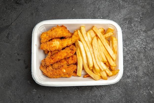 Вид сверху жареной курицы и картофеля фри