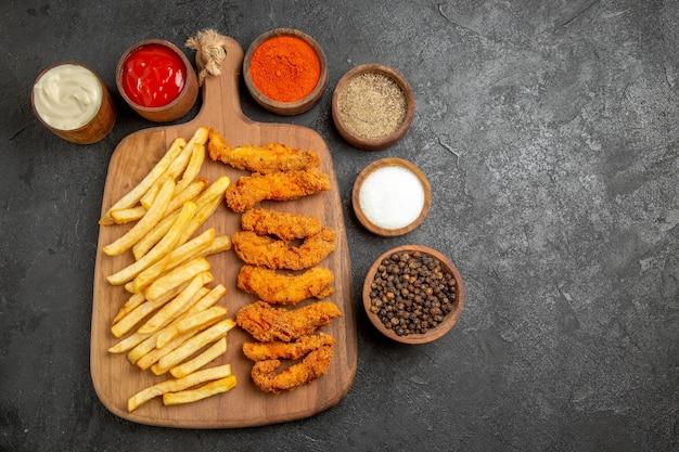 커팅 보드에 프라이드 치킨 식사의 상위 뷰