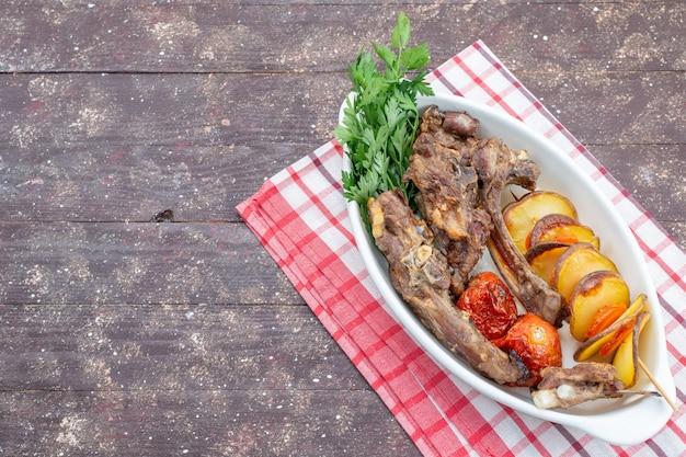 茶色の木製の机の上のプレートの内側に緑と焼きプラムと揚げ肉の上面図、食品食事肉料理夕食野菜