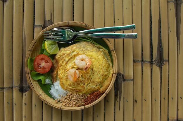 Вид сверху жареной лапши в тайском стиле с креветками
