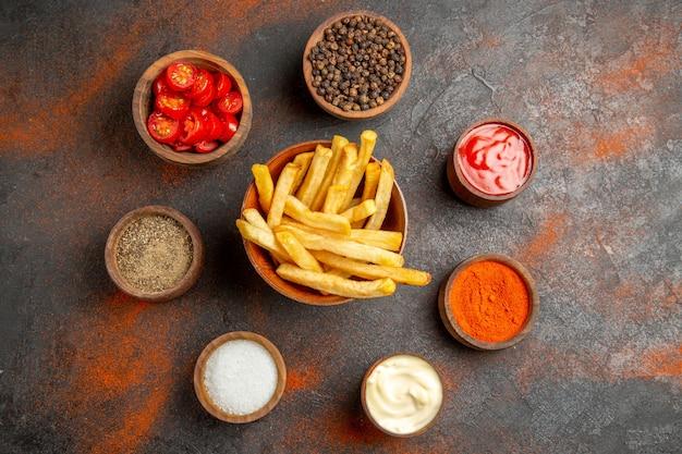 Вид сверху жареного картофеля с картофелем, подаваемого с кетчупом и майонезом