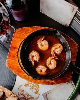 黒い鍋にエビのソース炒めのトップビュー