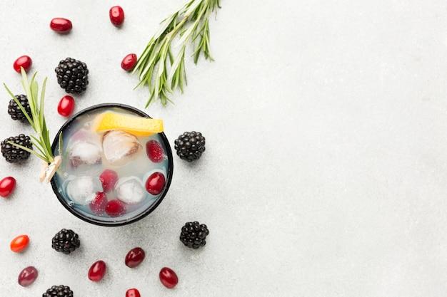 Вид сверху на бокал для фруктовых коктейлей с копией пространства