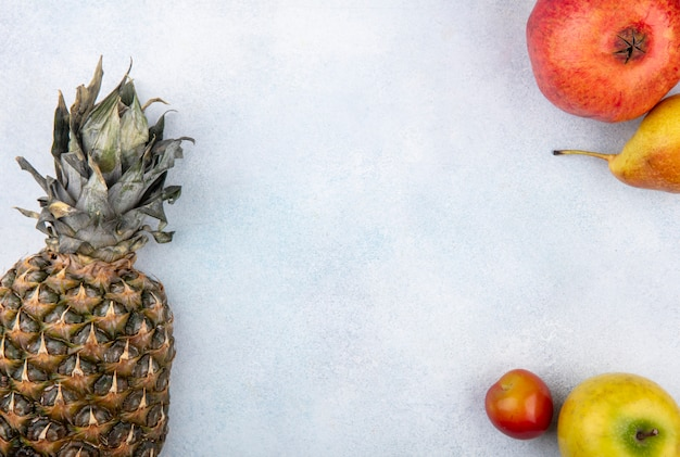 白い表面にフルーツのトップビュー