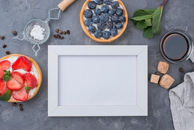 Вид сверху фруктовых пирогов с рамкой и кусочками сахара