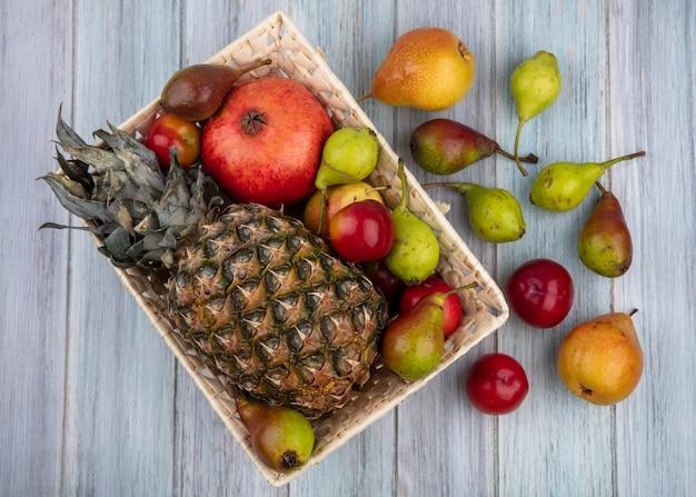 バスケットと木の表面に果物のトップビュー
