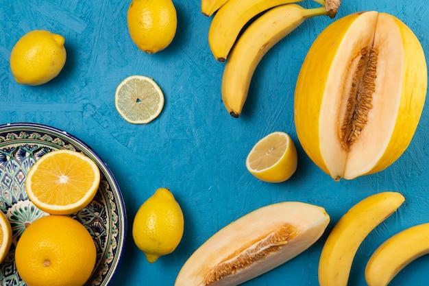 Вид сверху фруктов на синем фоне