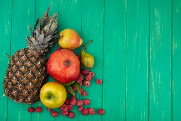 Вид сверху фруктов на зеленой поверхности