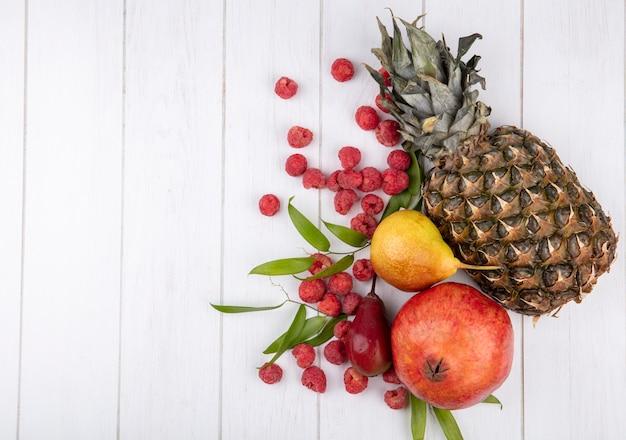 Вид сверху на фрукты с листьями на деревянной поверхности с копией пространства