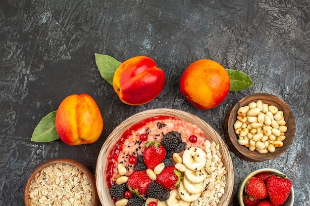 신선한 슬라이스 과일과 과일 muesli의 상위 뷰