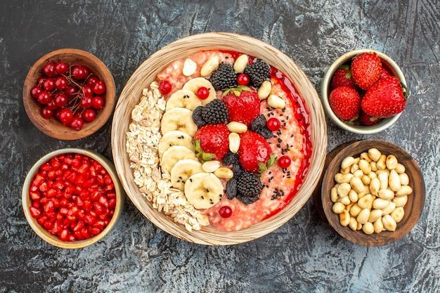 Вид сверху фруктовых мюсли со свежими нарезанными фруктами