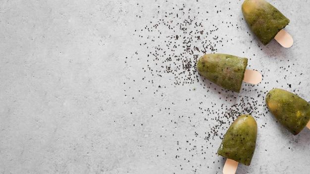 복사 공간과 양귀비 씨앗과 과일 아이스 캔디의 상위 뷰