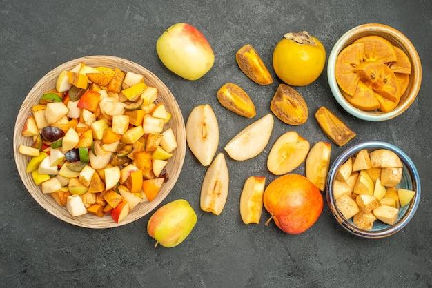 Вид сверху фруктовый салат со свежими нарезанными фруктами