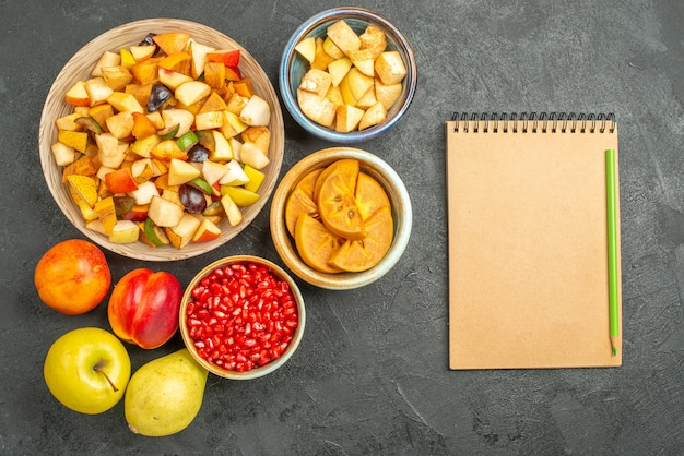 新鮮なスライスフルーツとフルーティーサラダの上面図
