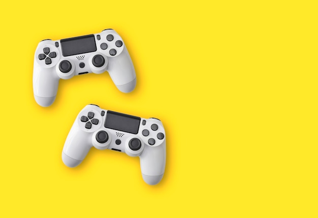 Вид сверху на изолированные игровые контроллеры