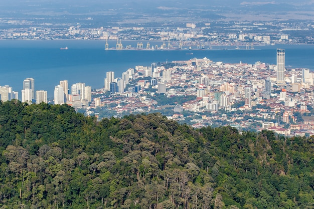 Взгляд сверху джорджтауна, столицы острова penang, малайзии от верхней части холма penang.
