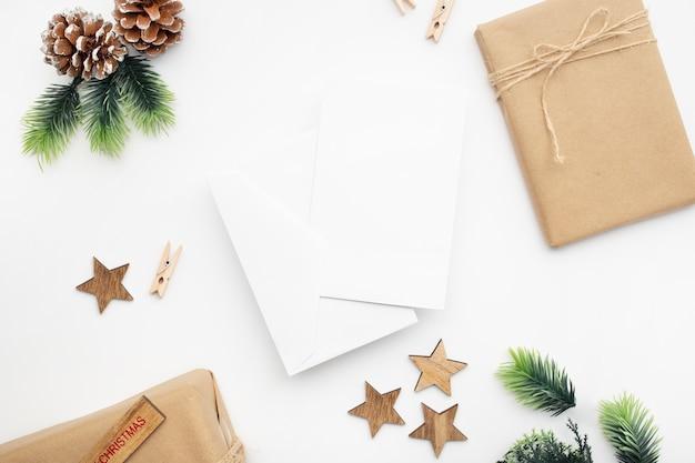 흰색 테이블에 선물 상자, 리본, 전나무 가지, 콘, 아니스의 상위 뷰
