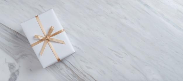 白い大理石のゴールドリボン付きギフトボックスの平面図です。