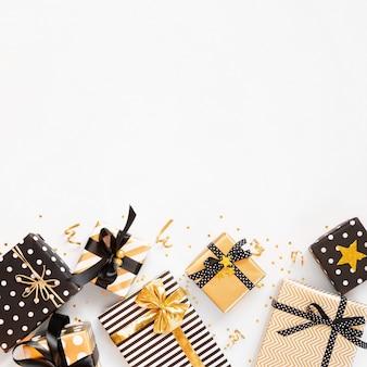다양한 검정, 흰색 및 황금색 선물 상자의 상위 뷰
