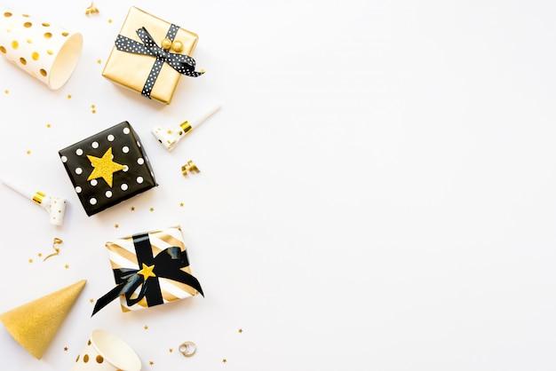 さまざまな黒、白、金色のギフトボックスのトップビュー