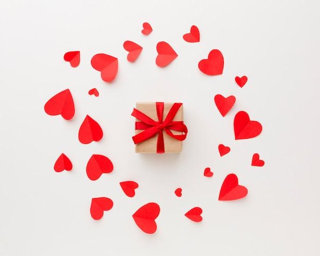 Вид сверху подарка с бумажными сердечками