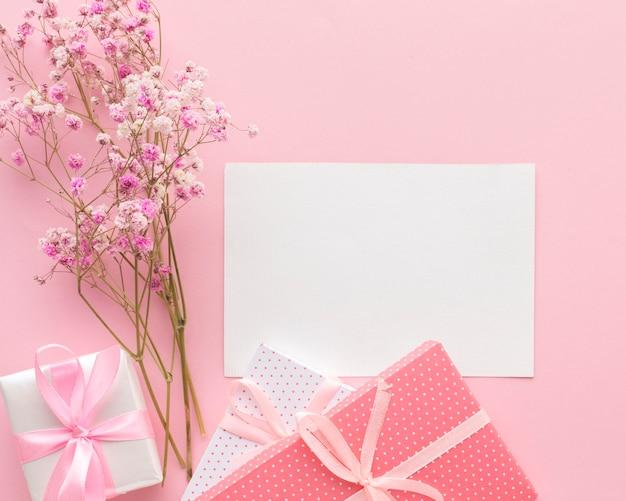 Вид сверху подарков с бумагой и цветами