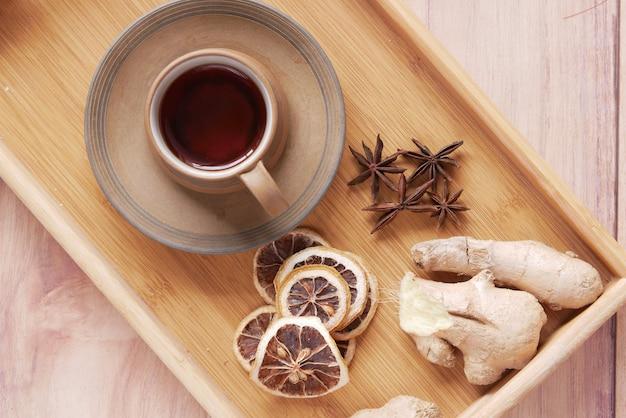 Вид сверху имбирного чая на деревянных фоне