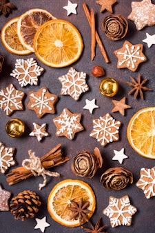 クリスマスのジンジャーブレッドクッキーと乾燥柑橘類の上面図