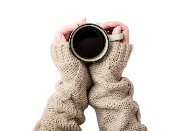 Вид сверху девушки в свитере, держащей кружку кофе, изолированную на белом фоне