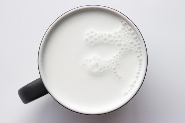 유리 우유, 회색 톤의 상위 뷰. 프리미엄 사진