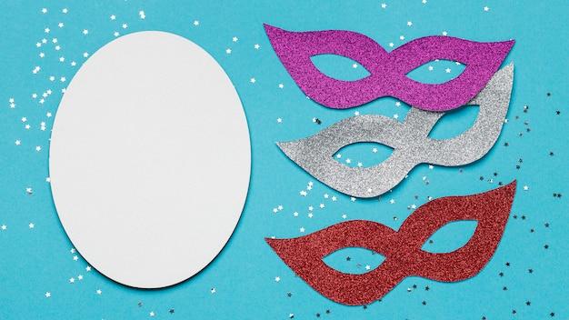Вид сверху на блестящие карнавальные маски с копией пространства