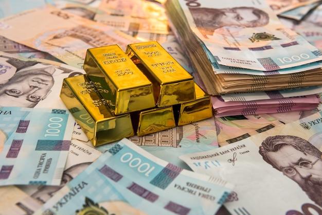 우크라이나어 돈의 배경에 누워 금 괴의 최고 볼 수 있습니다. uah. 저장 및 돈 개념. 재무 배경