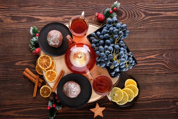 Вид сверху виноградно-лимонного чая с шоколадным тортом