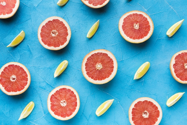 Вид сверху ломтики грейпфрута и лимона