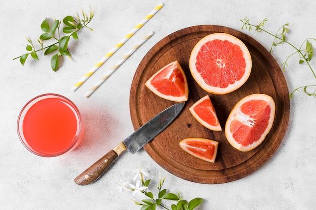 Вид сверху ломтики грейпфрута с соком