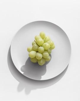 Вид сверху винограда на тарелке