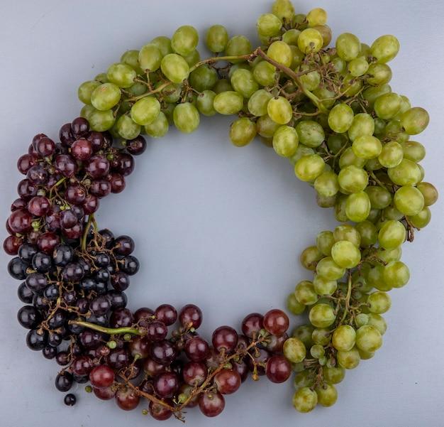 Вид сверху на виноград круглой формы на сером фоне с копией пространства