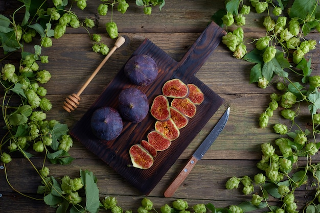 Вид сверху винограда с каплями воды, инжир и хмель на деревянный стол