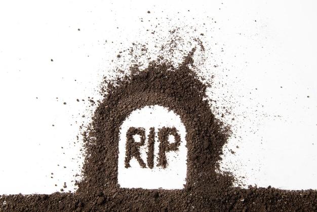 흰 벽에 립 비문이있는 무덤 모양의 상위 뷰